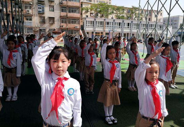 """童心向党!郑州京广路小学举办迎""""六一""""暨一年级新队员入队仪式"""