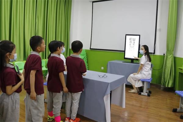 盟动中原—爱眼护眼健康行|郑州童瞳眼科医院走进郑州市实验小学进行视力检查