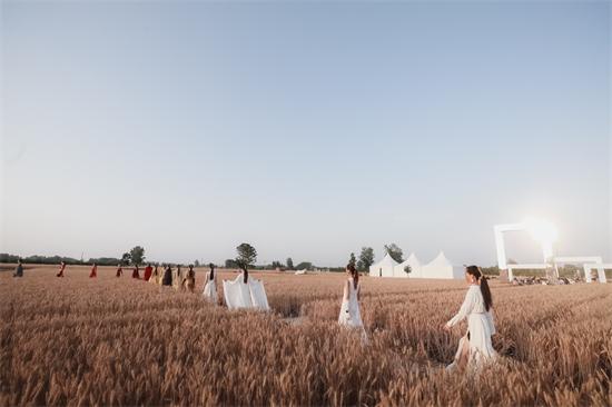华夏国际时装周打造中原首场生态实景秀场——麦田狂想曲,致敬《柳青》