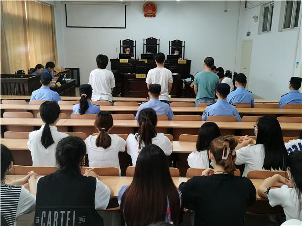 南阳宛城区法院组织在校大学生旁听贩卖毒品案庭审