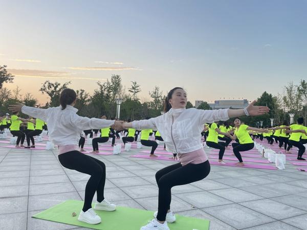 千人瑜伽秀 打call家乡美 河南三姐妹:美和健康是我们一生的追求