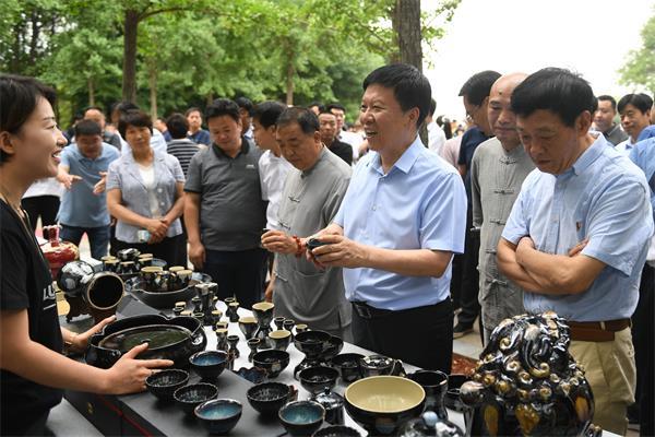 周斌在察看文创产品市场时强调:支持青年创新创业 做大做强文创产业
