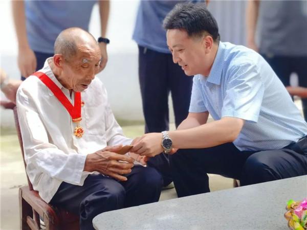 """南阳宛城区区长樊牛看望慰问""""光荣在党50年""""老党员"""