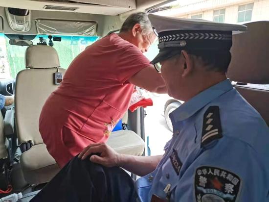 古稀老人走路艰难,交警帮忙送到公交站点