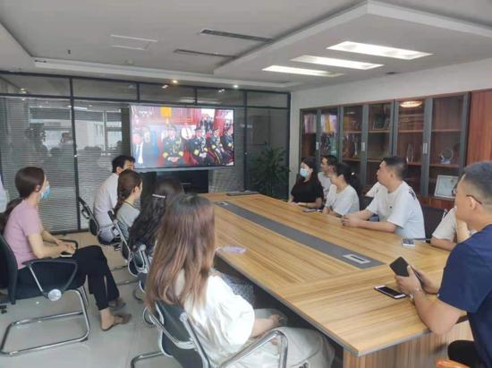 郑州管城区兴达国贸楼宇社区组织企业、党员、新的社会阶层人士观看庆祝建党100周年大会直播