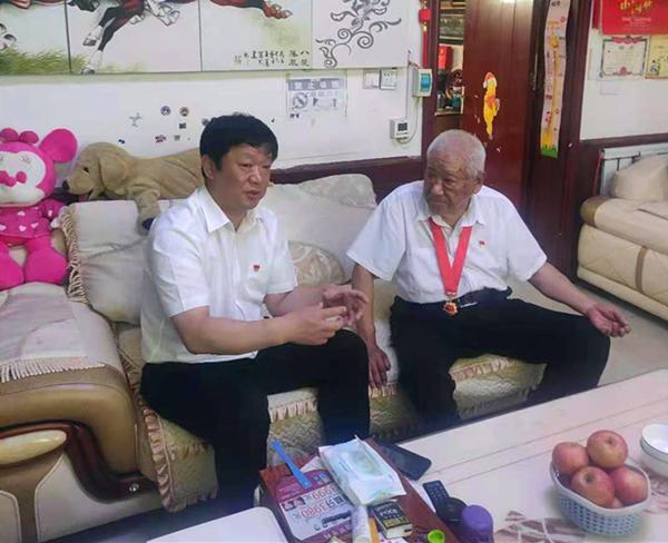内乡县委副书记任永亮到城关镇看望慰问老党员