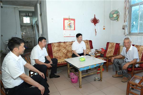 南阳市农信办党组成员、副主任高省伟到社旗农商银行慰问困难党员