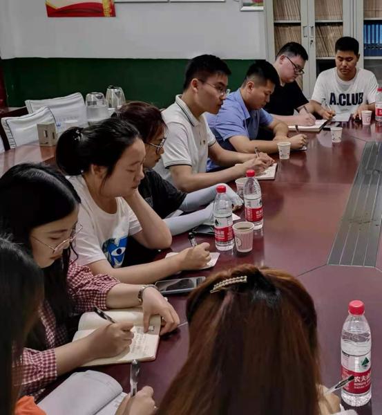 驻马店市选调生到村任职第九组走访慰问老党员