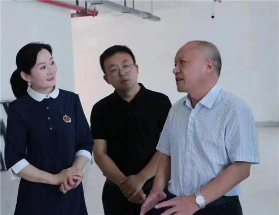 郑东新区管委会副主任孙阅、教文体局局长田国安一行到龙腾小学调研