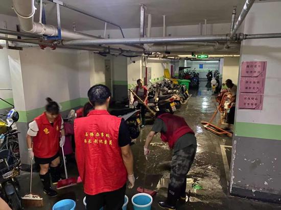 干群协力 攻克时难 郑州高新区育林社区组织志愿者清理地下室积水
