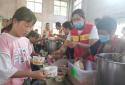 太康县文明办组织志愿者驰援灾区服务灾民