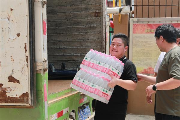 助力灾后重建 中华网河南频道为建设路街道省五建社区送去防汛救灾爱心物资