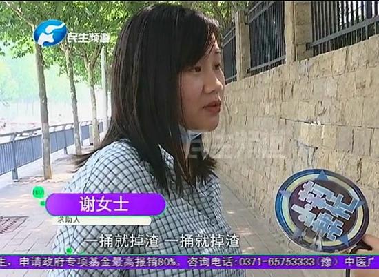 河南郑州:新房装修发现房顶一碰就掉渣,业主直呼不敢住