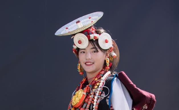 靓丽!扎坝女性传统藏族服饰