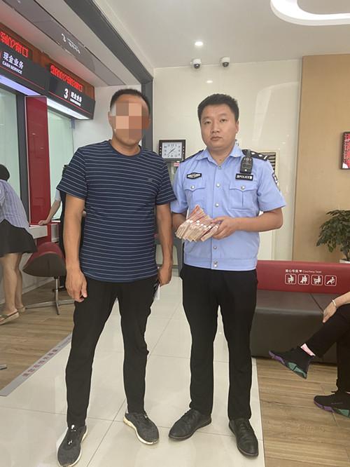 """河南内乡:拘留途中""""老赖""""银行取钱当场履义务"""