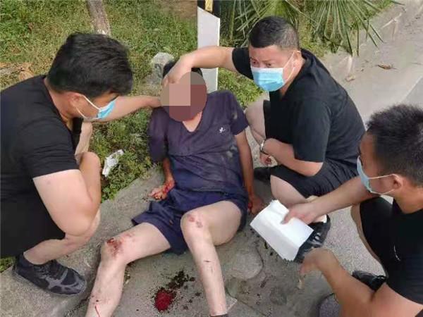 新野县公安局抢险救灾突击队救援归来途中再施援手