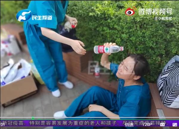 郑州一名逆行女战士烈日下晕倒