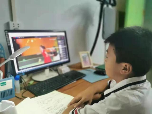 向榜样看齐 做出彩河南人——邓州市城区一小组织收看开学特别节目