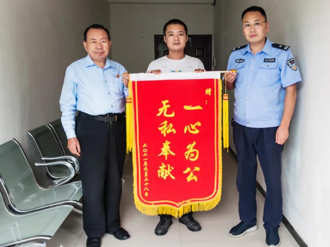 柘城县法院:法官高效执行 当事人送锦旗致谢