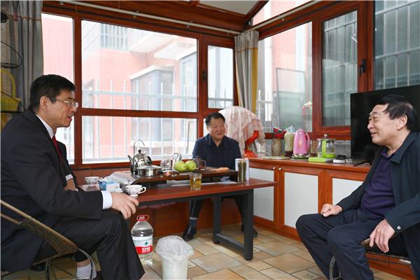 关爱老干部 情满重阳节——唐河县法院开展走访慰问退休老干部活动