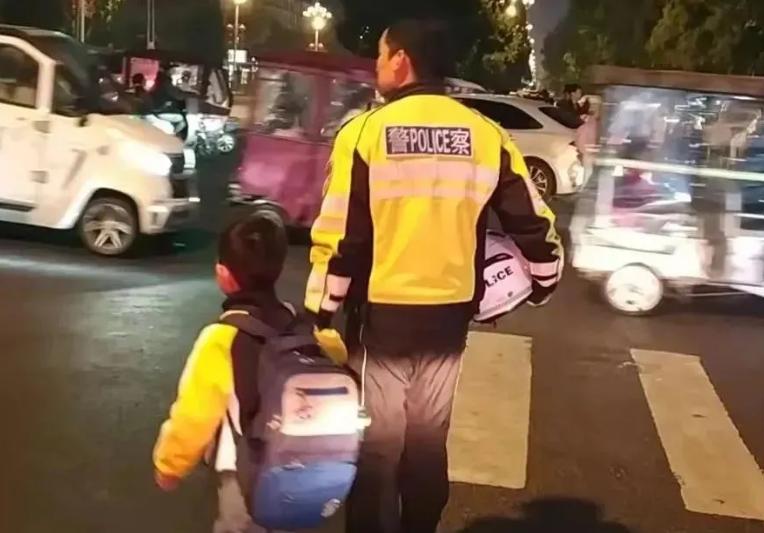 商丘交警铁骑大队贴心守护 帮走失儿童找到家人