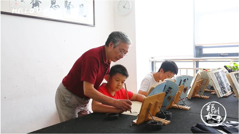 退休作家转攻书法 郑州一半饭店墨宝来自他之手